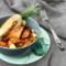 Pimp my meal: Auberginen-Zucchini-Röllchen mit einem Hähnchenbrust-Rosmarin-Spieß.