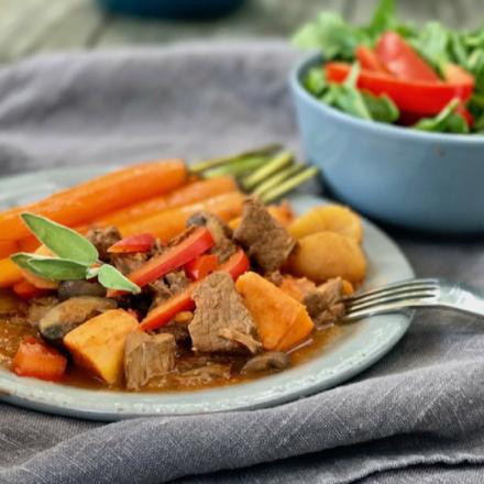 Pimp my meal: Rinder Gulasch mit Honig-Möhren und grünem Salat.