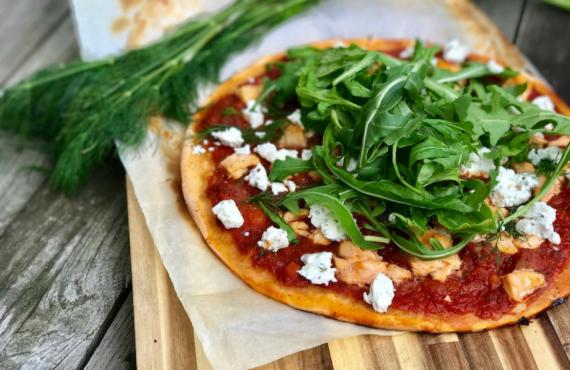 Pimp my meal: Pizza mit Lachs, Ziegenkäse, Ruccola und unserer Tomatensauce.