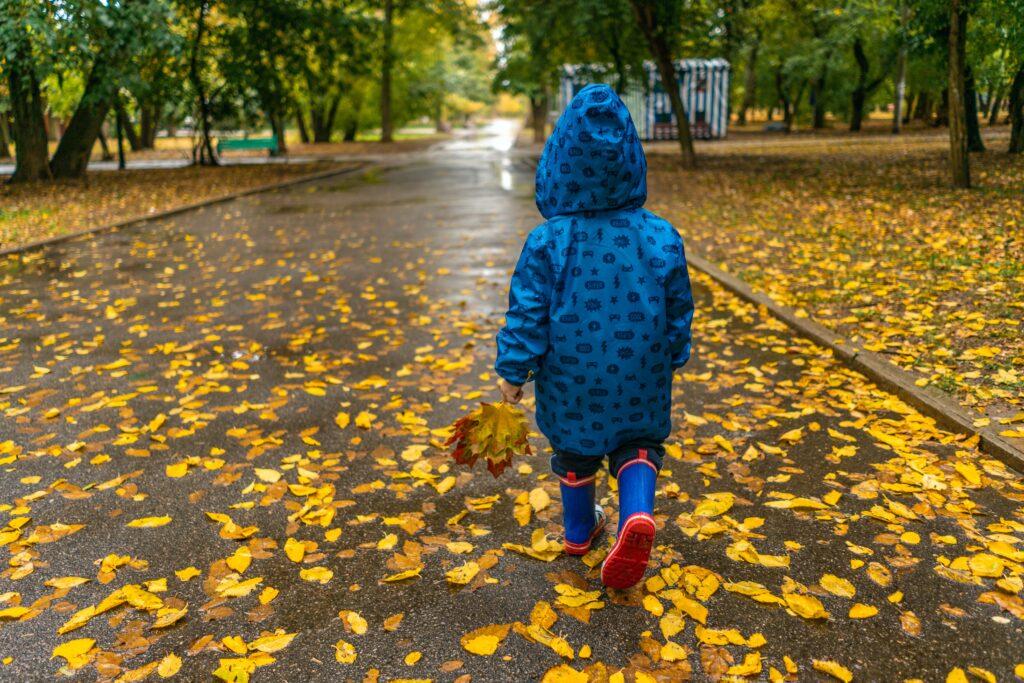 Herbstspaziergang mit reflektierender Kleidung
