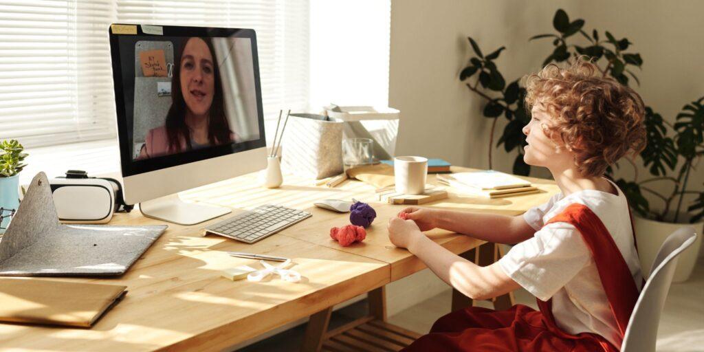 Babysitting funktioniert auch über den Computer. Gerade in Zeiten von Corona ist Babysitting aus der Ferne eine gute Alternative.