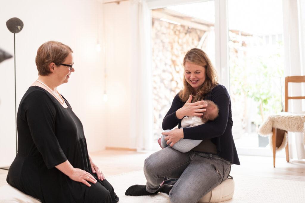 Hebamme Katja Münch von IKA IKA berät eine junge Mutter zum Thema Wochenbettsuppe.